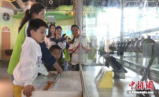游客体验科技带来的乐趣