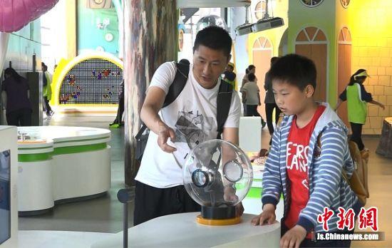 游客参观南京科技馆。