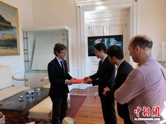 江宁开发区科技招商团向西班牙圣塞瓦蒂斯安市副市长送上南京周邀请函。