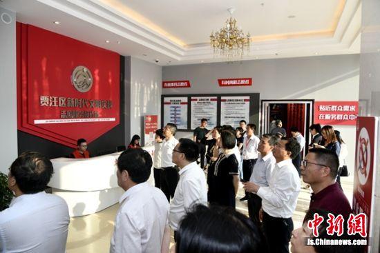 与会代表参观贾汪新时代文明实践志愿服务接待站。汪磊 摄影
