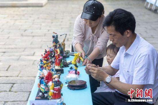 """2019年6月8日,江苏泰州""""面塑王""""王洪祥现场制作《西游记》面塑作品。1"""