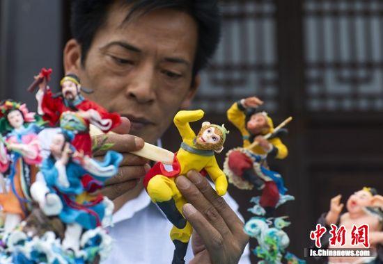 """2019年6月8日,江苏泰州""""面塑王""""王洪祥现场制作《西游记》面塑作品。6"""
