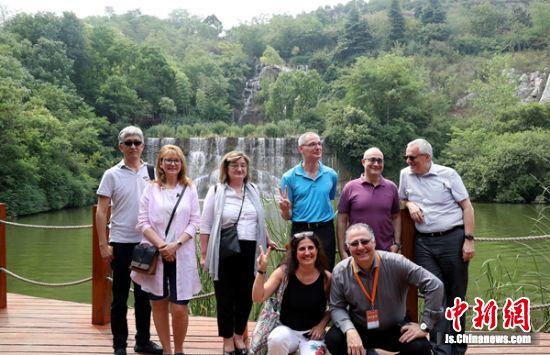 国外专家学者代表参观生态修复后的宕口公园。