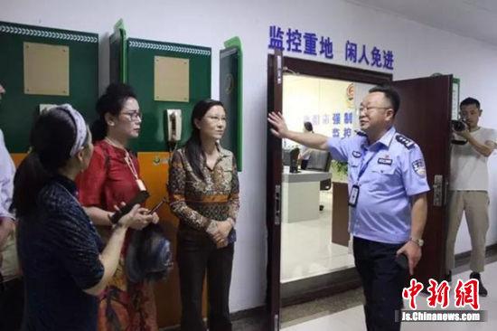 徐州作家采訪團15人走進戒毒所集體采風
