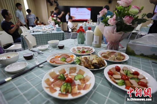 """南京农业大学饮食文化公开课上成了一堂暖暖的""""家宴""""。中新社记者 泱波 摄"""