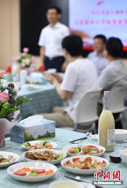 大学生们亲手制作的特色肉制品和特色酒一一摆放在课堂内。中新社记者 泱波 摄