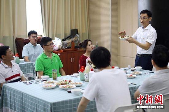 饮食文化公开课上,专业老师娓娓道来。中新社记者 泱波 摄