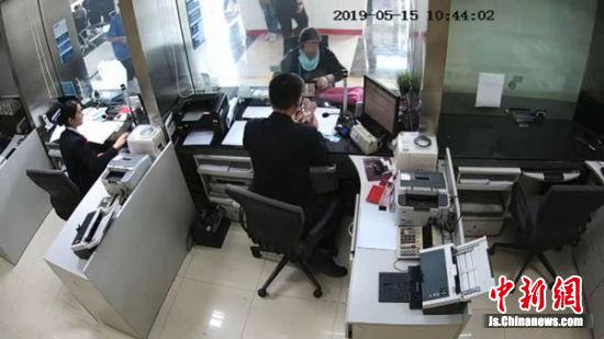 银行卡被他人存入11万元 女子私自取款并销卡被拘留