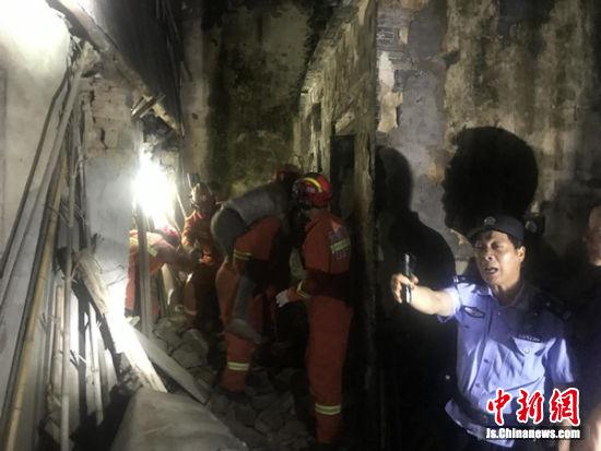 老屋坍塌困住七旬老人 宜兴警方联动及时救援