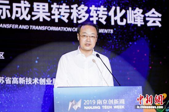 南京市鼓楼区区长吴炜在峰会上发言。 程贺 摄