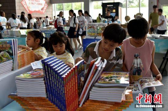因为爱书,两对双胞胎在淮海书展偶遇。