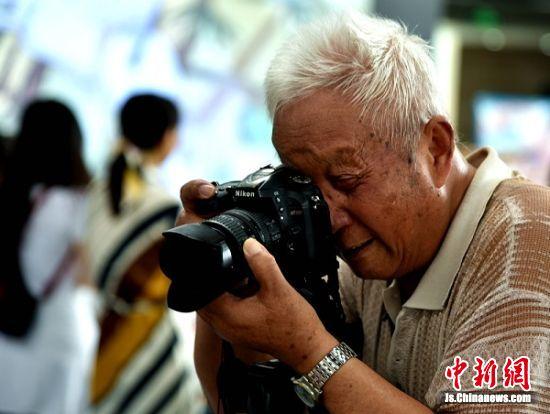88岁的张老爷子每年书展都会来书展现场,拍摄他心目中读书快乐事。