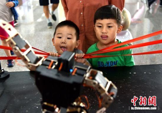 """书展现场的各种机器人展示令孩子们""""垂涎三尺""""。"""