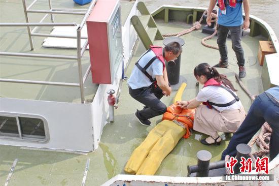 航政艇上工作人员对获救落水者进行心脏复苏。胡杨 摄