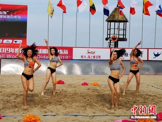 沙滩排球宝贝热身中。 陆建国 摄