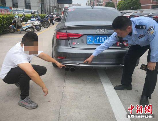 民警查处非法改装的汽车