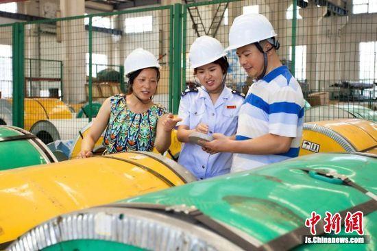 税务人员走进江苏晶鑫新材料股份有限公司车间调研,进一步了解研发费用加计扣除政策落地后企业的生产工艺改进情况。