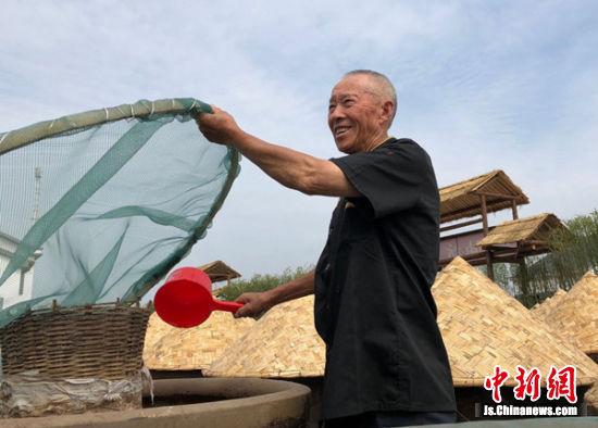 高党村集体入股新建了传统甜油坊,73岁的李前彬感觉自己有了奔头。朱志庚摄