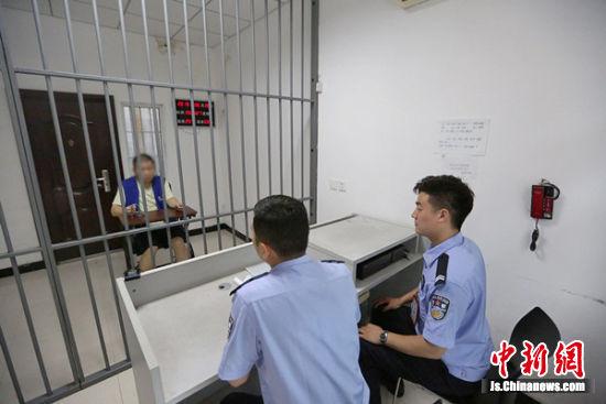 审讯现场。 警方供图