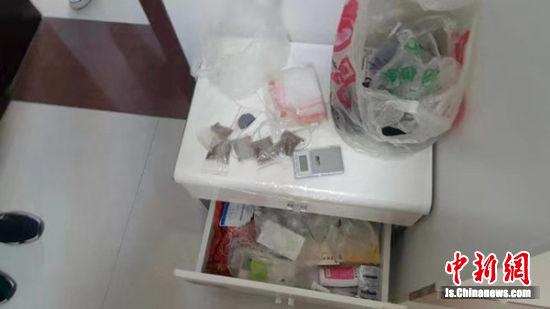 警方现场缴获涉案物品。警方供图