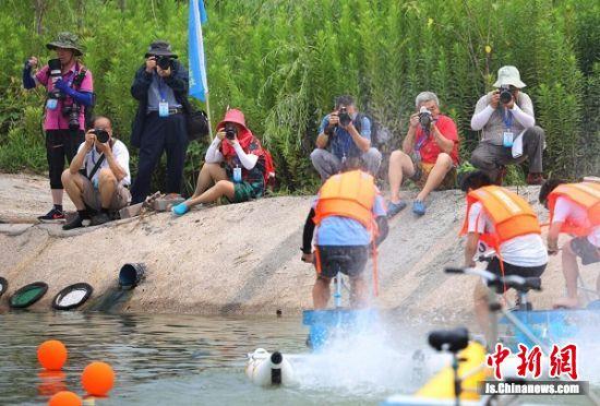 摄影家们拍摄水上自行车比赛。 中新社记者 泱波 摄