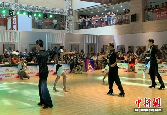 图为舞蹈比赛现场。