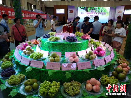 璜土当地所产果品集中亮相。