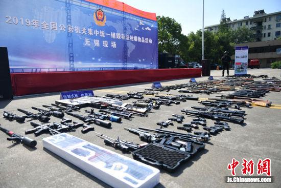 图为待销毁的非法枪爆物品。