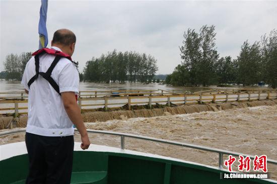行洪期间在重点桥梁处观察泄洪情况 摄影:丁子野