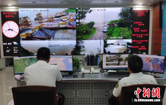 水上交通指挥中心24小时值班密切关注泄洪区船舶动向 摄影:丁子野