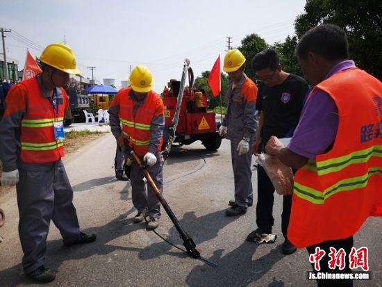 养护工人在灌缝比赛中。 陆建国 摄