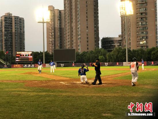 图为棒球比赛现场。