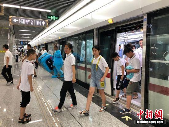 关爱保护农村留守儿童志愿者活动走进徐州地铁
