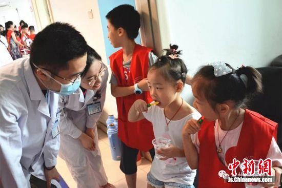 孩子们相互检查刷牙的成果