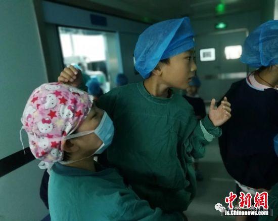 孩子们了解手术室的内部构造以及相关监护仪器的功能