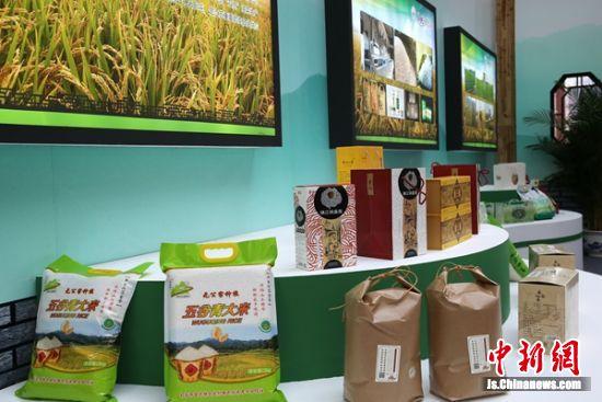 现场展示的农副产品琳琅满目。