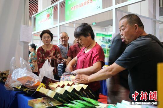 市民们在选购农产品。