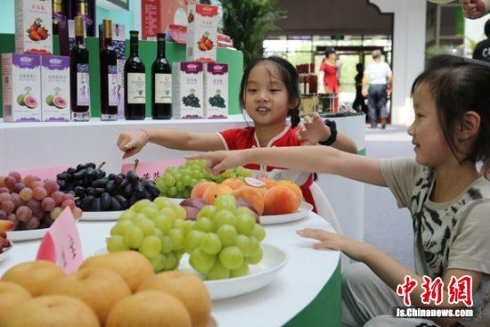 孩子们被一串串晶莹剔透的葡萄吸引。