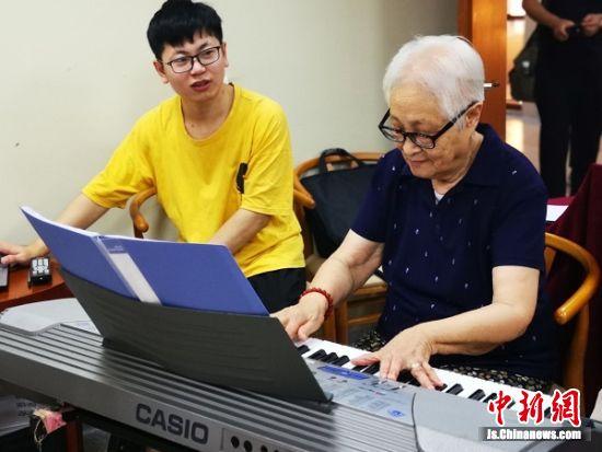 86岁的谢道凝老人正在海门养老中心练琴。 陆建国 摄