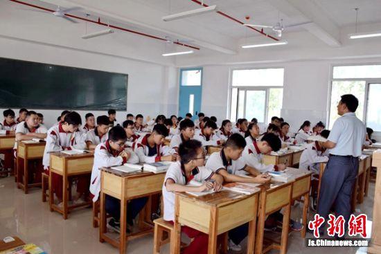 学生们在宽敞明亮的新教室上课。