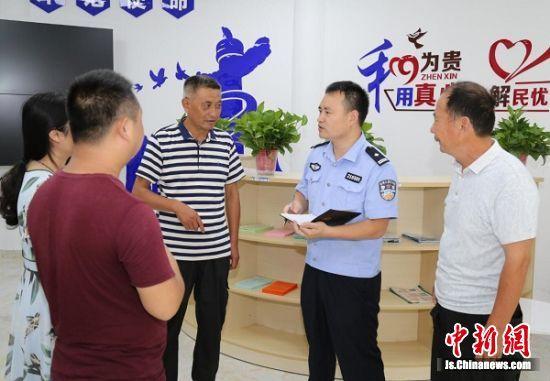 """""""家人义务巡逻队""""形成了社区共建共治的新局面。 刘昱彤 摄"""