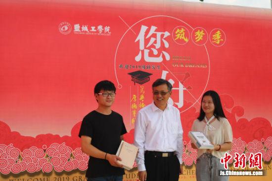 盐城工学院党委书记刘祖汉赠书给硕士研究生。