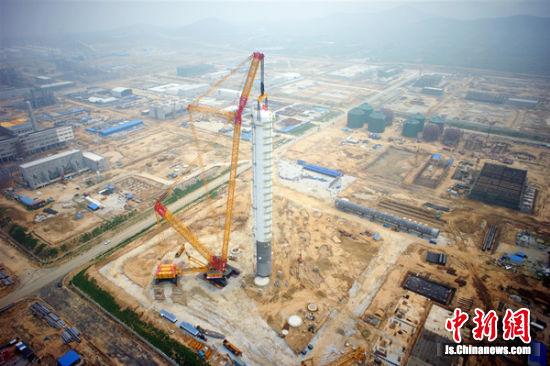 世界第一吊徐工4000吨履带起重机全球成功首吊。徐新传 摄