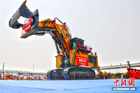 徐工集团700吨液压挖掘机下线。徐新传 摄