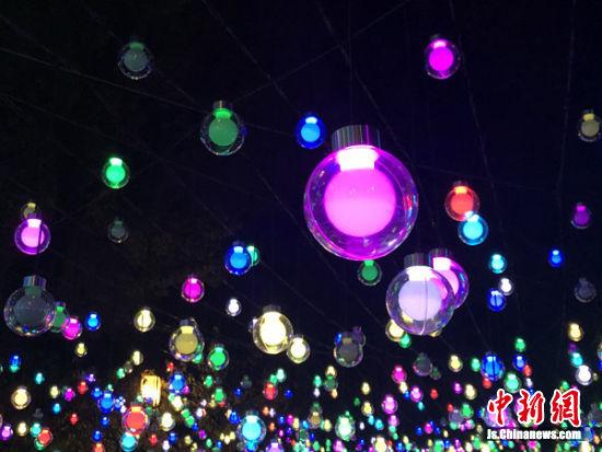 1500只星空灯组成无限星空。
