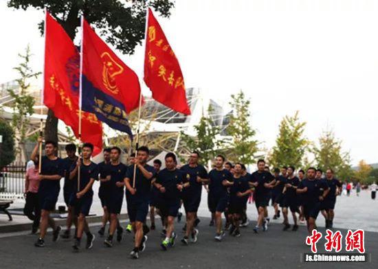 消防指战员们迈步飞跃的身影成为云龙湖风光区一道活动的风光泽。
