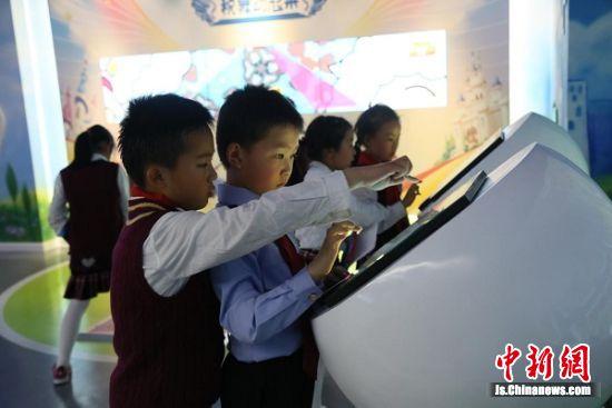 图为身着税务制服的小税官在苏州市儿童税收体验馆参加活动