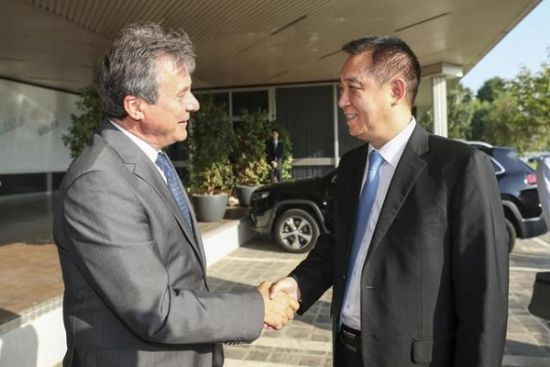 马瑞利全球首席运营官Ermanno Ferrari迎接许家印一行