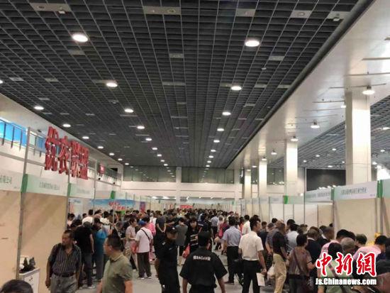展会现场的优质农产品吸引了众多市民前来尝鲜。