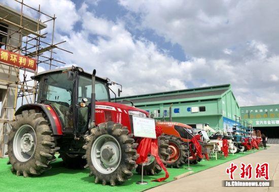 最新的农机进行展示。
